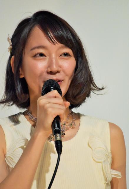 舞台あいさつで、撮影の思い出を話す吉岡里帆さん