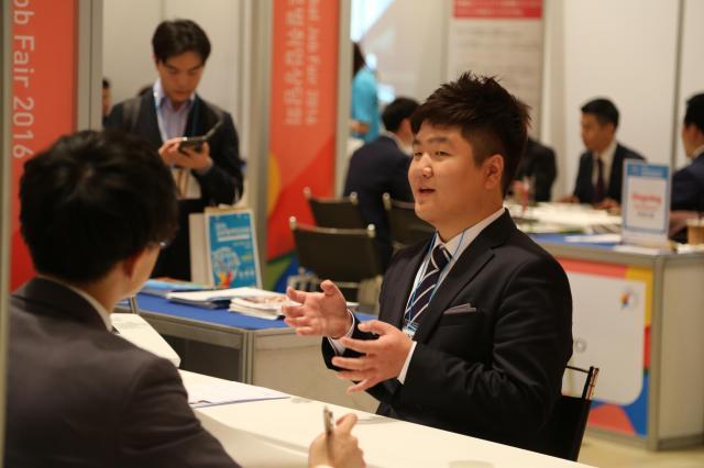 韓国の就職説明会で日本企業の面談を受ける韓国人の男性=2016年、ソウル、東岡徹撮影
