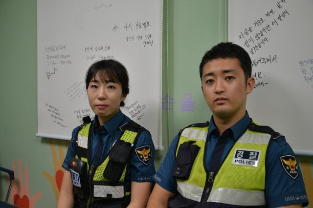 麻浦大橋を担当する派出所に勤める警察官。右が宋勝賛さん=ソウル、神谷毅撮影