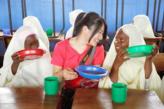 給食を支援したタンザニアの学校で。中央はTFT事務局長の安東迪子さん=(c)Junko Kaisato