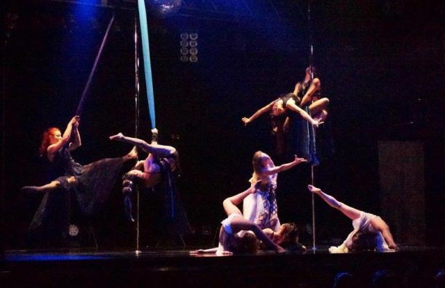 シルクを使うなど、様々なダンス要素が加わっています