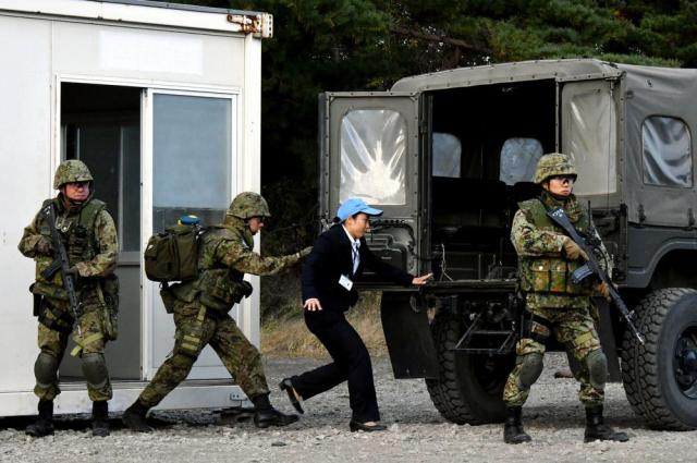 安保関連法に基づく「駆けつけ警護」で、陸上自衛隊が公開した国連職員救出の訓練=2016年10月24日、岩手県滝沢市の陸上自衛隊岩手山演習場、仙波理撮影