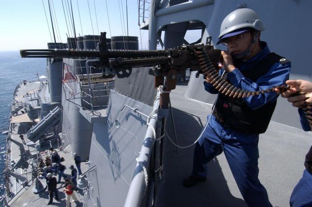 イージス艦「みょうこう」で行われた近接対空目標対処訓練=2004年3月9日