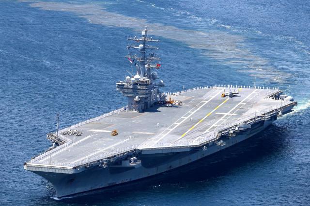 出港する米海軍の原子力空母ロナルド・レーガン=2016年6月4日、神奈川県横須賀市、堀英治撮影
