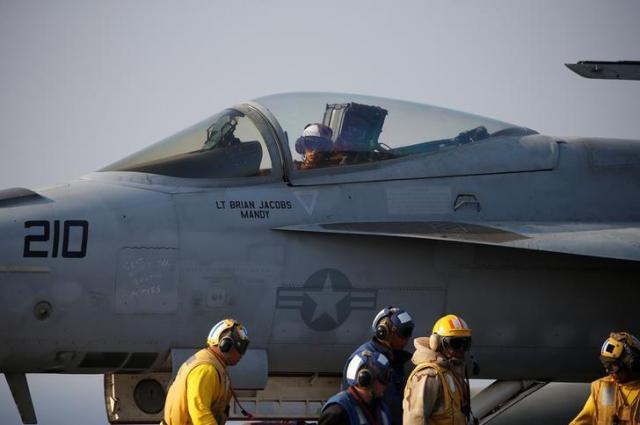 韓国軍との演習のため離陸準備をする米空軍の戦闘機=2016年10月14日、ロイター