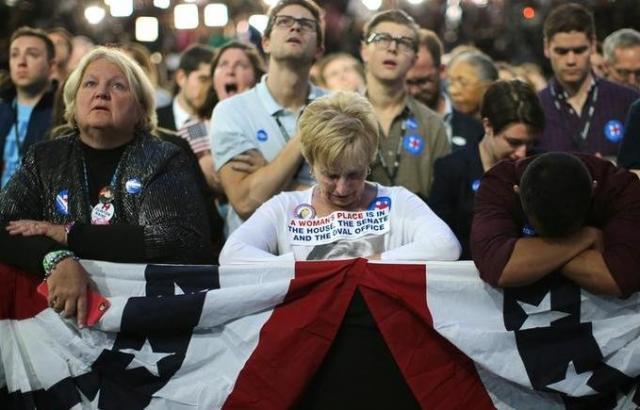 落ち込むクリントン氏の支持者たち=2016年11月9日、ニューヨーク、ロイター