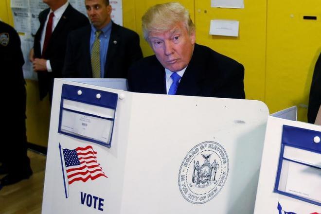 大統領選で投票をするトランプ氏=2016年11月8日、ロイター