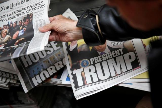 トランプ氏の勝利を伝える新聞=2016年11月9日、ロイター