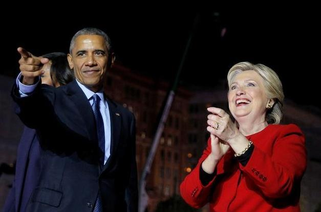 オバマ大統領とクリントン氏=2016年11月8日、フィラデルフィア、ロイター