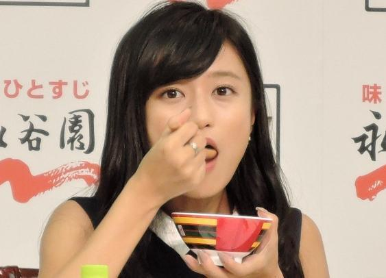 2014年にあった永谷園お茶づけ新プロジェクト発表会の様子。「ほたてバターのミルク茶づけ」をほおばる小島瑠璃子さん
