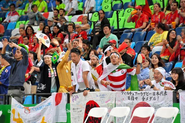 声援を送る竹内圭さん(手前右から3人目)。毎日のようにスタジアムに通ったため、会場ボランティアとも顔なじみになった=2016年9月15日午後、カリオカアリーナ、井手さゆり撮影