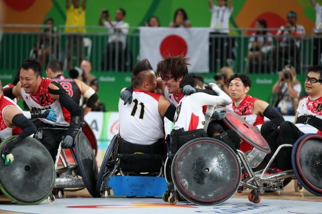 車いすラグビー3位決定戦でカナダを破り、銅メダルを獲得した日本代表の選手たち。この瞬間を観客席から見ていたという竹内さんは「泣きました」。選手たちからは、「応援のおかげで、ホームみたいな雰囲気で試合ができた」と感謝されたという=2016年9月18日、カリオカアリーナ、金川雄策撮影