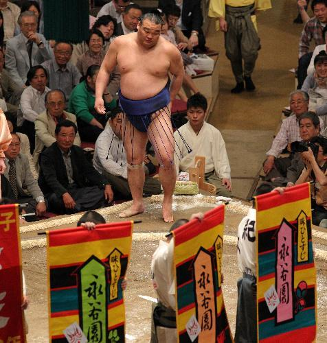 高見盛の取り組みにかけられた永谷園の懸賞=2010年5月、東京・両国国技館