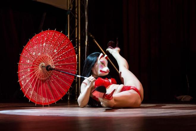 ポールシアターワールドで踊るPINOKOさん
