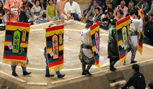 夏場所で土俵を一周する永谷園の懸賞の幕=2010年5月、東京・両国国技館