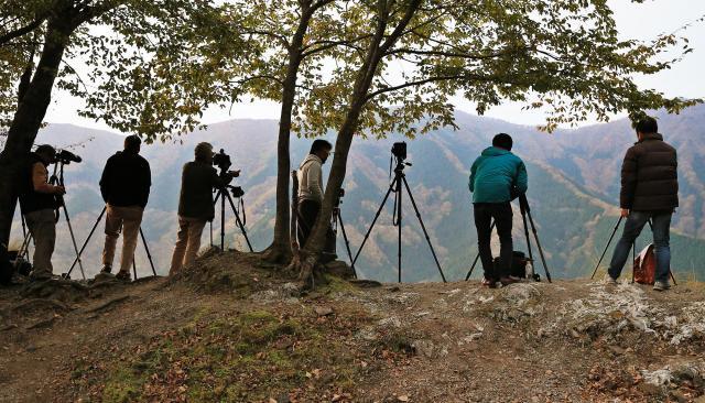 早朝から多くのカメラマンが絶景を撮影していた=内田光撮影