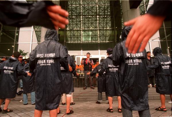 経済危機に陥ったソウルでは、雇用の確保を求める労働者の声が高まった=1998年