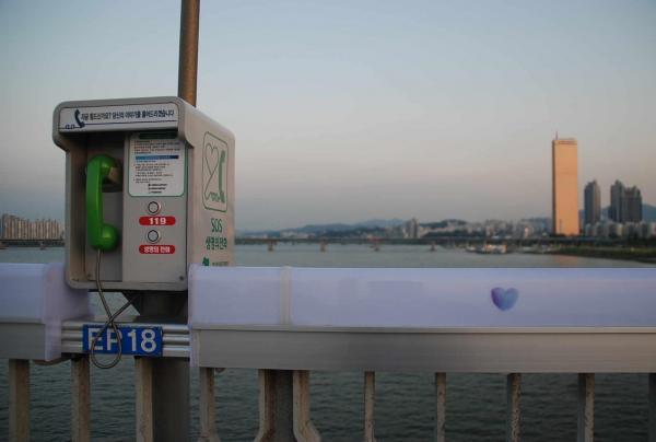 麻浦大橋の欄干にある「いのちの電話」。受話器をあげてボタンを押せば相談員につながる=2012年