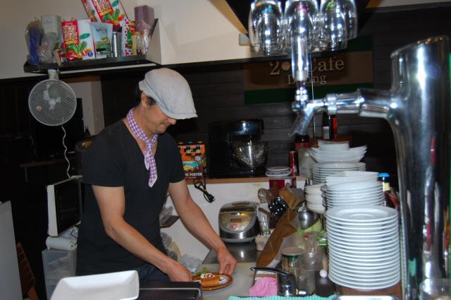 自ら開いたカフェでスイーツを作る小林敦司さん