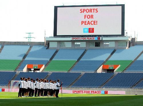 試合前、観客のいない埼玉スタジアムで差別撲滅宣言をする浦和の選手たち=2014年3月23日、さいたま市緑区、上田潤撮影