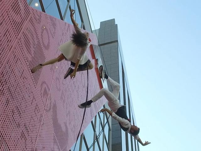 壁面でのパフォーマンスを見せたロエル・シーバー(右)とジェシカ・スワンソン(左)=東京・原宿、佐藤正人撮影