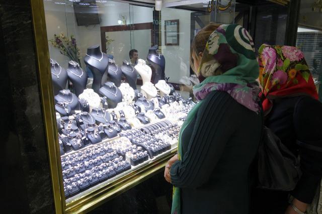 テヘランのバザールで、貴金属を見つめる女性たち。そう簡単に手が出る金額ではありません