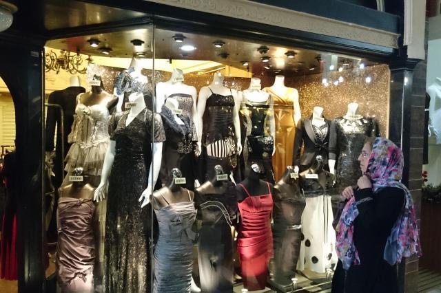 テヘランでドレスに見入る女性客。結婚式は男女で部屋を分けるため、どんな服装でもOKなんだそうです