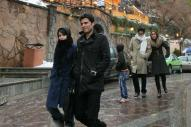 テヘランでデートをする若い男女。イランでは、婚前交際は御法度