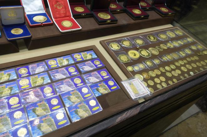 テヘランの金貨を扱う貴金属店。店主は「うちにも毎月1枚金貨を買いに来る男性客がいるよ」