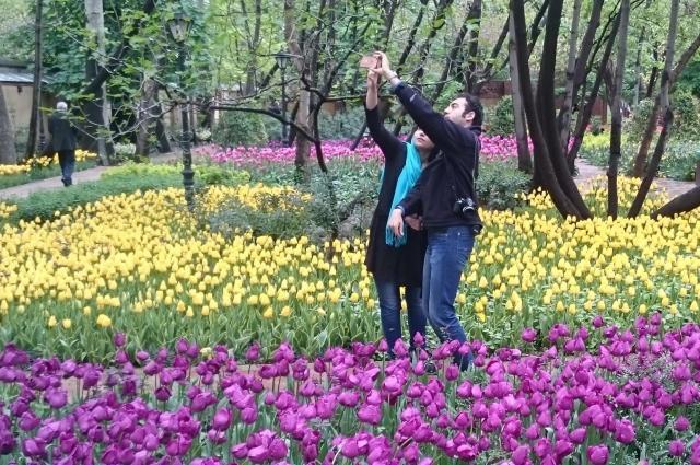 テヘランの公園で自撮りをするカップル。お幸せに!