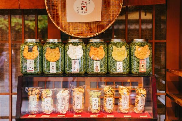 《おせんべい》 猫のモチーフが溢れる日本の街。おせんべいまでもがそのおかしな形で瓶に佇む。