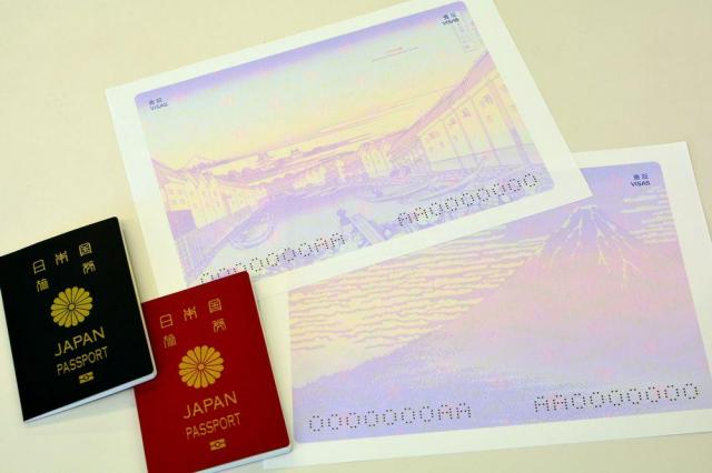 現行のパスポート(左)と、2019年度に導入する葛飾北斎の「江戸日本橋」(上)と「凱風快晴」(下)を使用した査証ページ