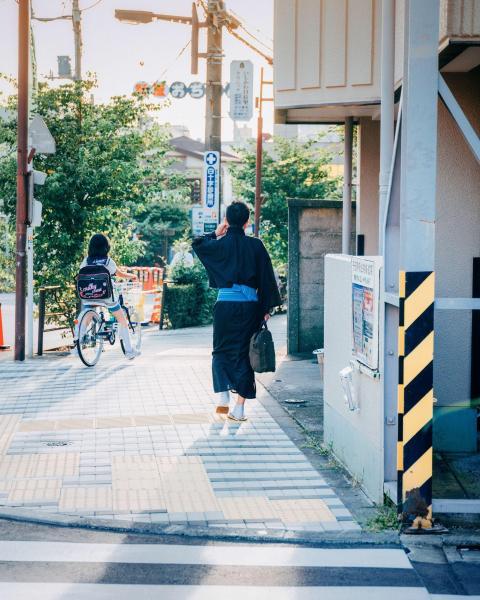《時代を超えたスタイル》 未来にあふれた街の中の道端で伝統に触れる美しさ。(東京・台東区)