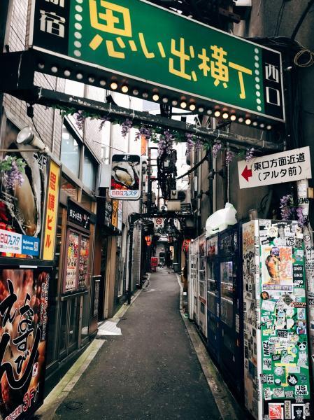 《看板と裏路地》 東京の物語は裏路地からも見えてくる。静かで人も少ない、繁華街からすぐのところで。(東京・新宿)
