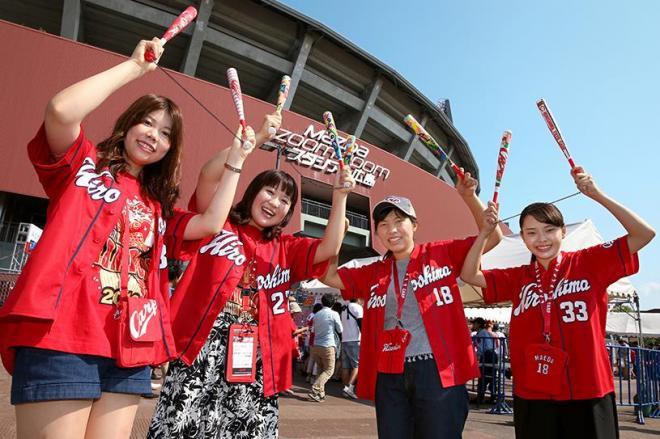 広島市内からマツダスタジアムに観戦に来た「カープ女子」たち=2016年9月24日、上田幸一