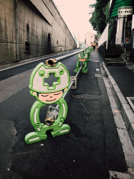 《緑の働き者》 東京では、街の工事ですらクリエィテブなアイデアの種になる。(東京・西日暮里)