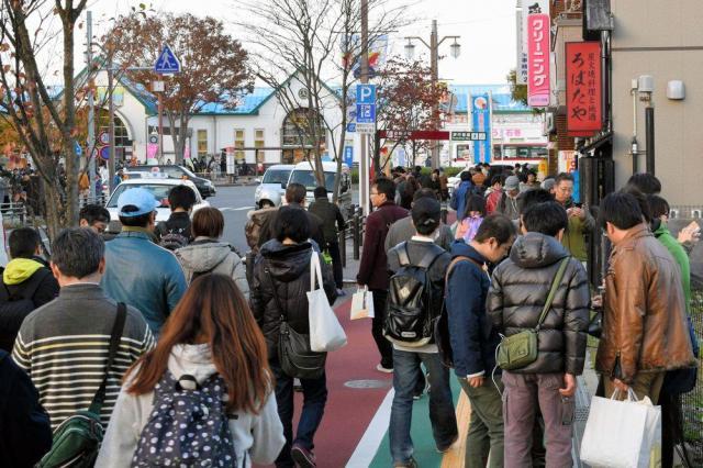 普段、人通りは少ないJR石巻駅前。この日はスマホを手にした人でにぎわった=2016年11月12日