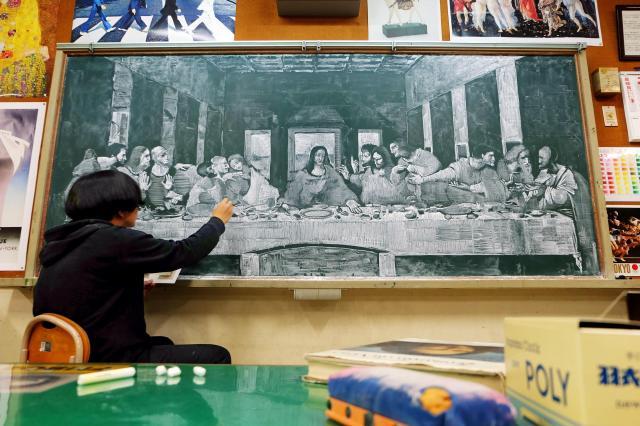 黒板に模写したレオナルド・ダビンチの「最後の晩餐」