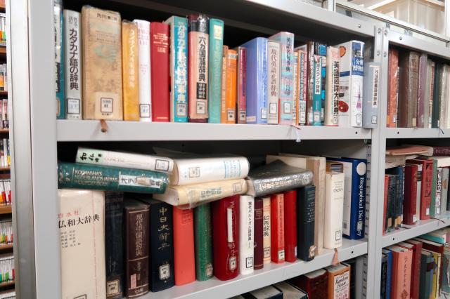 校閲部員らが使う辞書の種類も数多い=東京都新宿区矢来町の新潮社