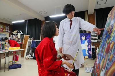 美術部員に指導する浜崎先生
