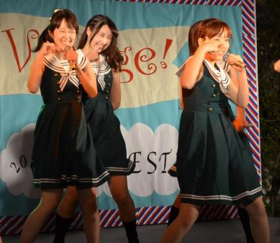 「お茶パラ」の後のステージ企画でアイドルのコピーダンスを披露するアイドル研究会のみなさん