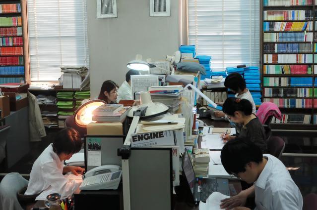 黙々と仕事を進める校閲部員ら=東京都新宿区矢来町の新潮社