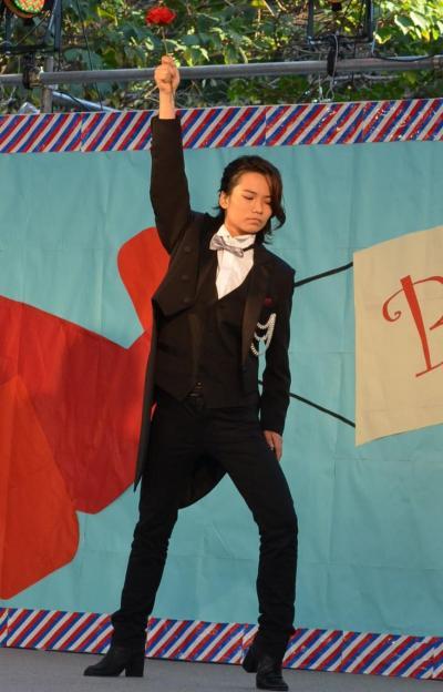 歌とダンスで自己PRした戸浪早貴さん(文教育学部芸術・表現行動学科3年)