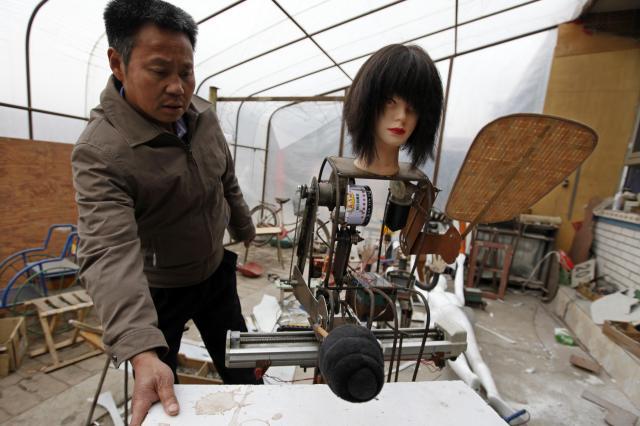 マッサージができるロボット。顔が少し怖い…=2010年4月、北京郊外