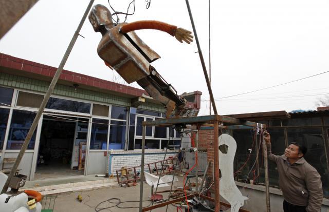 ジャンプができるロボット。上海万博に出展した=2010年4月、北京郊外