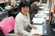 リアル「校閲ガール」の丸山有美子さん。物差しをあてて、一行一行読み込む=東京都新宿区矢来町の新潮社