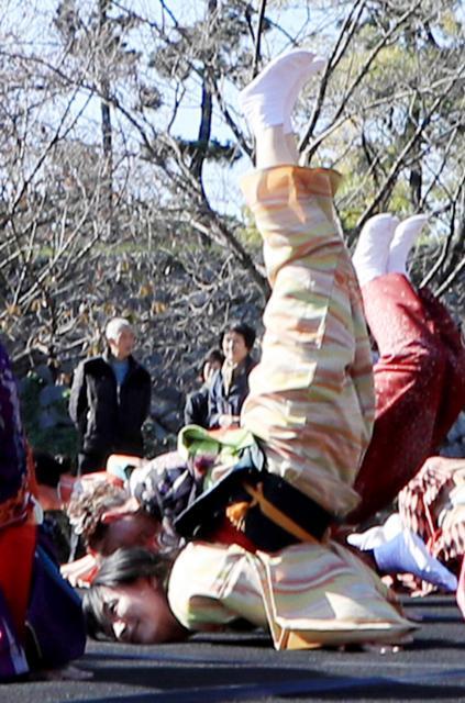 「金のしゃちほこ」を披露する原知恵子記者=名古屋市中区、川津陽一撮影