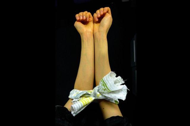 手ぬぐいを結んで輪をつくり、腕に通すと、やりやすくなる
