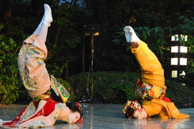ディープなお座敷芸「金のしゃちほこの踊り」=2014年撮影