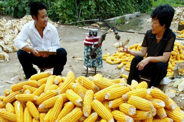 妻の家事を手伝うロボット「呉老五」=2003年9月、北京郊外
